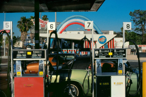 magnificentruin:  mayanhandballcourt:Gas Station, Los Angeles, CA 1982Photographer Harry GruyaertMagnum Photos