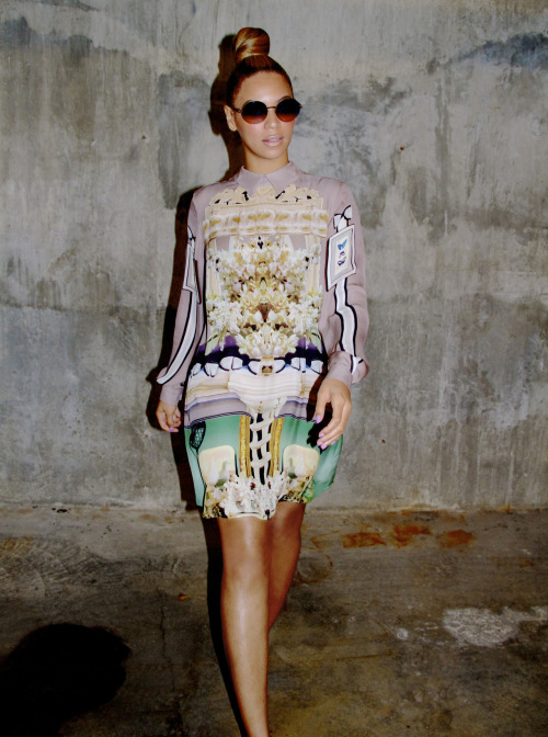 fashionpassionates:  GET THE QUEEN BEY LOOK! Get the dress here: RETRO PRINT SHIFT DRESS Get the sunglasses here: RETRO ROUND SUNNIES