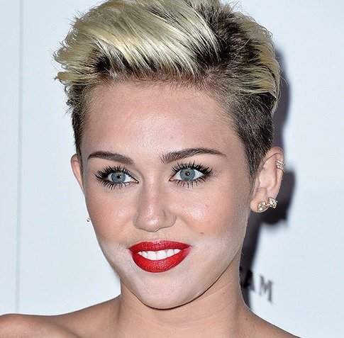 Miley Cyrus may be #1 on the MAXIM Magazine hot list but sadly she is also #1 on the make up blunders list at the magazine's celebration of the issue!! Other than that she looked fantastic!!