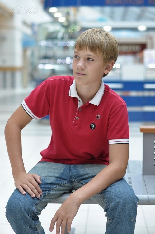 tylerfromplanetearth:  red shirt boy is waiting on a bench