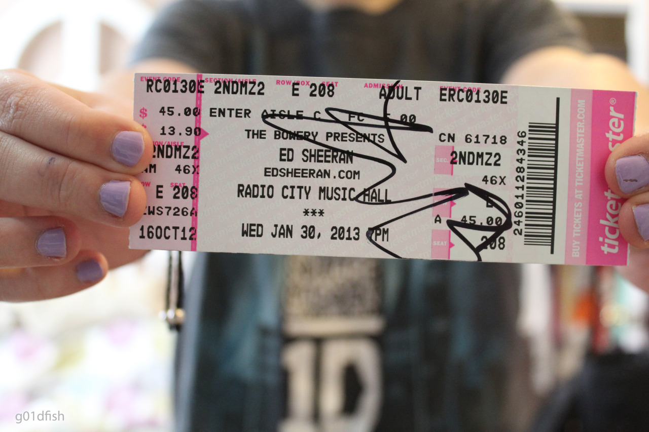 blesscats:  g01dfish:  g01dfish:  ed signed my ticket c:  aww yayy its my picture on my dash i love all of you omg there are so many notes! :D   I