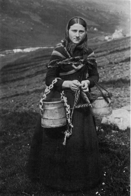 sitdownithinkiloveyou:  Knitting girl from The Faroe Islands