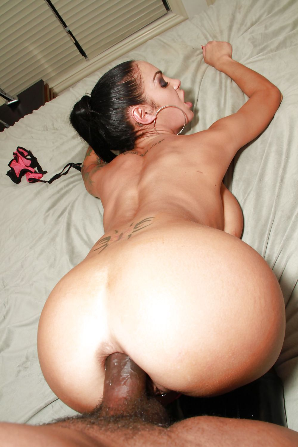 joiedumariage:  Now take it out and let me see her gape, bro.