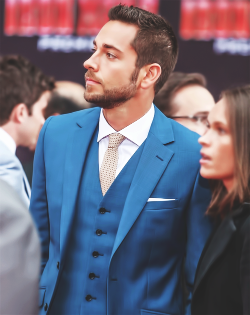 elegantmoose:  74/100 photos of Zachary Levi