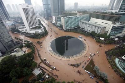 jakartabocor:  /via asil twitter jakartaglobe  My country has the biggest swimming pool ever.