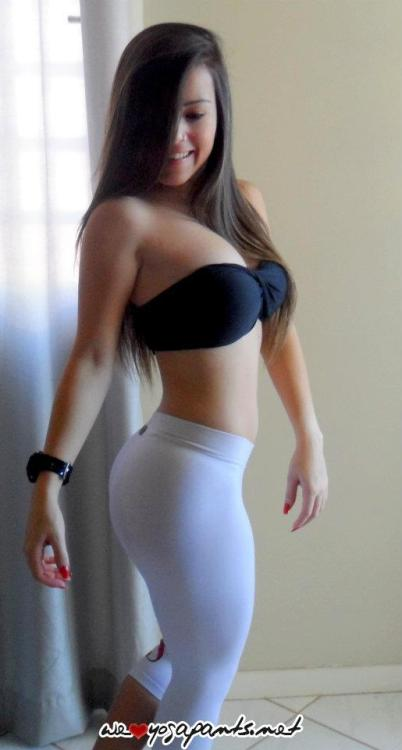 weloveyogapants:  Curvy latina in white yoga pants      (via TumbleOn)