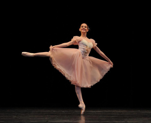 moretothepointe:  danceswithpointe:   her foot though….    ballet blog <3