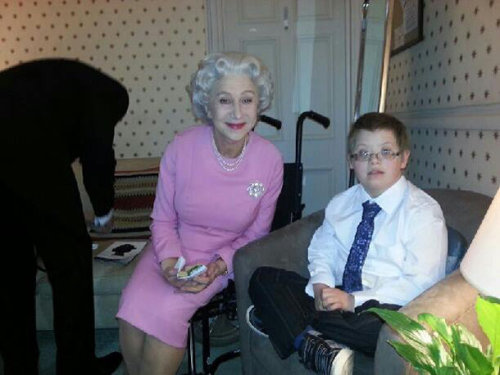 http://omg.yahoo.com/blogs/celeb-news/helen-mirren-grants-boy-dying-wish-having-tea-155902306.html?vp=1  this is the kind of volunteer work I want to do ;u;
