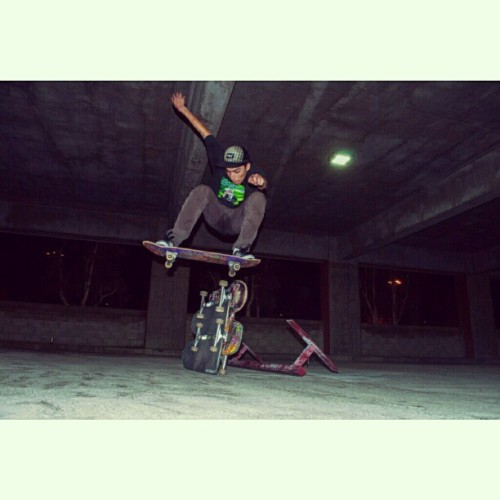 @gmendez33 polejam #polejam #likeaboss #favoriteskater #polejamforgeesources #geesources #skateboarding #night #lurker
