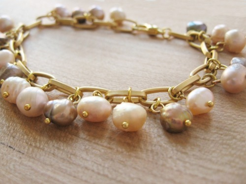 howdidyoumakethis:  How to turn freshwater pearl beads into little charms to make a bracelet.