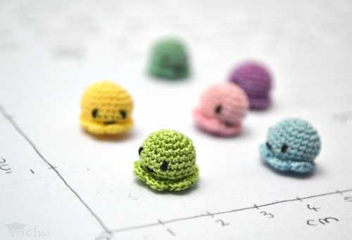 mohu-ai:  These miniature jellyfish amigurumi from mohu come in cute little house boxes!