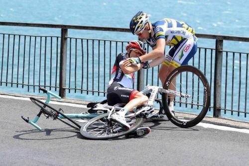 Doesn't matter what kit you wear, you help a fellow cyclist in need, no matter what. (via Twitter / meowclank: Photo of the day. Thanks …)