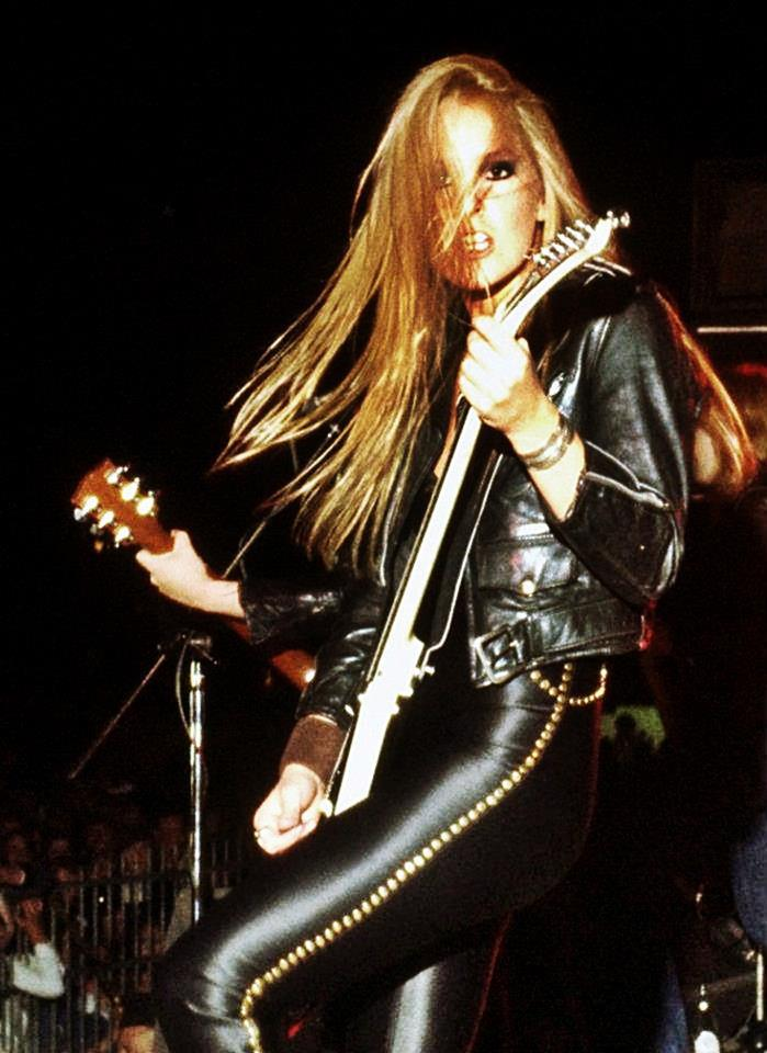 porkmagazine:  guitarslob:  The Runaways… 1978  JESUS CHRIST LITA FORD.  whoaaa