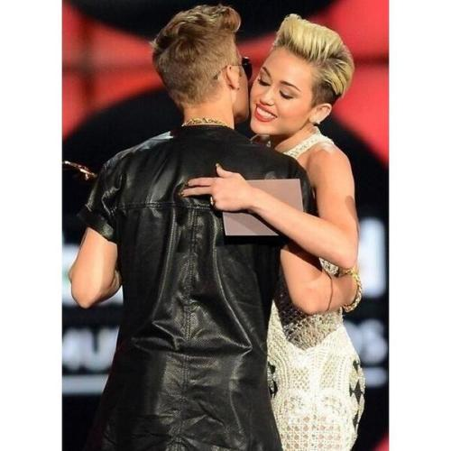 swagderekbieber:  Miley and Justin on BBMA
