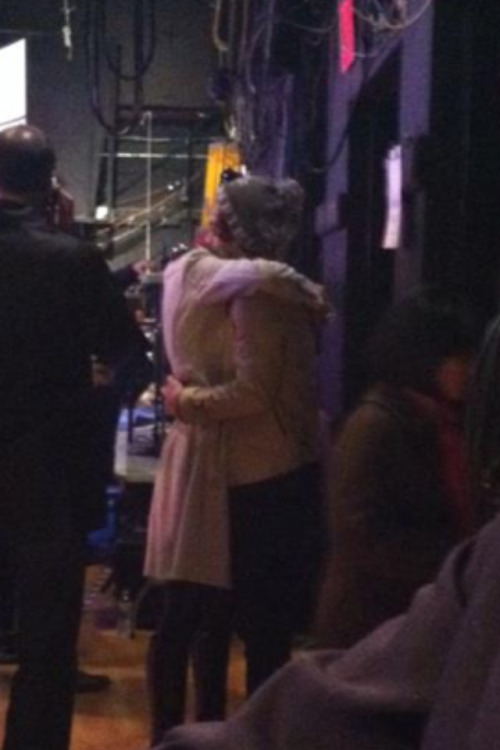 Harry and Taylor tonight    THAT NIGGA DOESNT EVEN LOVE HER. LOOK AT THE WAY HE IS HUGGING HER. THATS NOT HOW YOU GIVE SOMEONE A HUG.