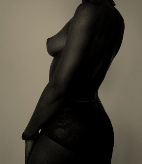 18-15n-77-30w:  kwesiabbensetts:   ©kwesi abbensetts Nude #16 Nude Study - Current Project Model- Daisy Moon   18° 15' N, 77° 30' W