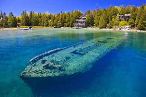 Shipwreck in Lake Huron. Oh how amazing this would be to scuba dive in! :O @MajedFekri  Image from Imgur