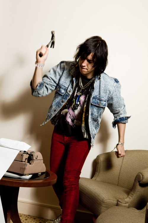 juliancasababecass:  tekena:  Casablancas  those red pants do things to me  yes the red trousers yes