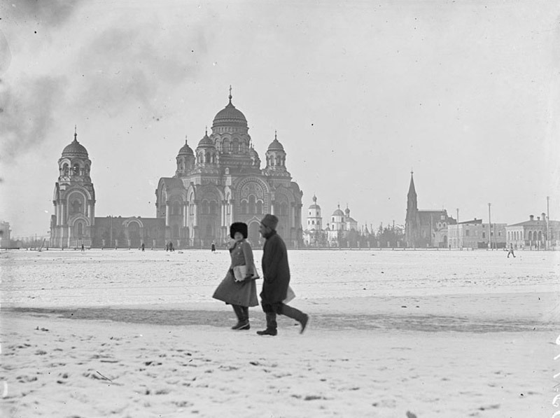 zolotoivek:  Walking on Tikhvin Square, Irkutsk, 1919.