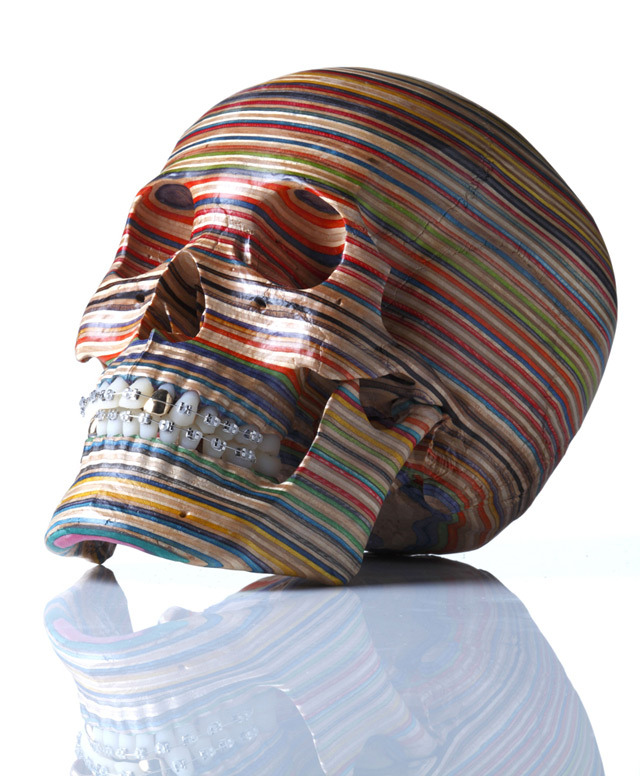 A Skull Made from Repurposed Skateboard Decks: por Haroshi (visto por @ColetasSoft en Colossal)