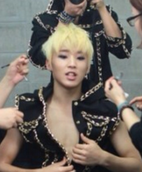 daehyundemigod:  stayrandomstayawesome:  Can we just talk about how that's definitely Daehyun in the background?  Yes, let's talk about that please.