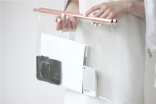 i-love-aesthetics:  DIY clear bag with copper handles tutorial: http://love-aesthetics.blogspot.nl/2013/05/diy-clear-bag-with-copper-handles.html