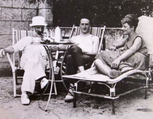awesomepeoplehangingouttogether:  Constantin Brâncuși, Marcel Duchamp and Mary Reynolds, Villefranche, 1929