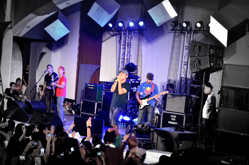 Parokya ni Edgar as it rocks University of the Assumption last 01-14-13.