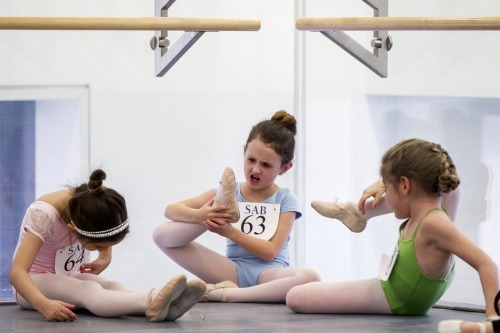 "p1nky-swear:  silly-peasant:  anch-ors:  theballetblog:  Children audition for the School of American Ballet  AW i love this so much  girl in the middle: ""ewww! dafuq is thaat!""  bASICALLY ME"