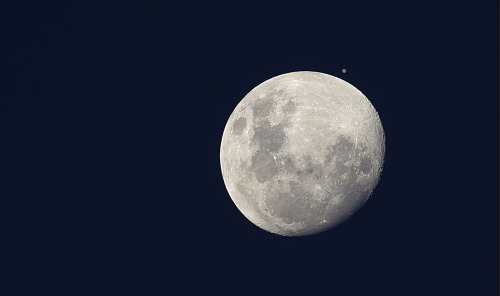 Jupiter very close to the Moon on December 25th 2012. Photographed by Luis Argerich.