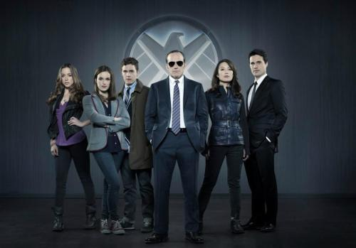 lookatthisfrakkinggeekster:  BREAKING: Agents of S.H.I.E.L.D. Officially Picked up by ABC! The first look at footage from Agents of S.H.I.E.L.D. will air this weekend, Sunday, May 12, at 8 p.m. before of the season finale of Once Upon a Time.