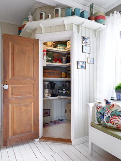 myidealhome:  eyecandy: practical pantry in a nook! (via Stadshem)