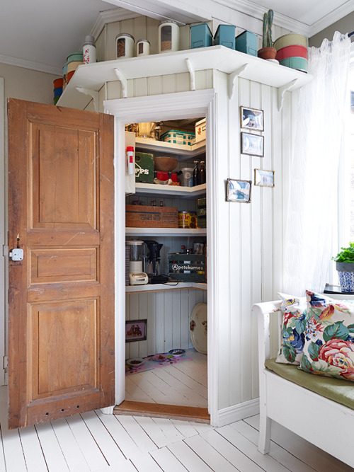 eyecandy: practical pantry in a nook! (via Stadshem)