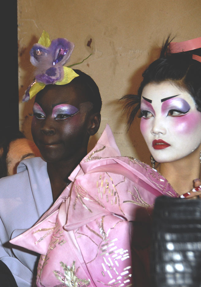 christian dior haute couture s/s 2007, alek wek and mo wandan backstage