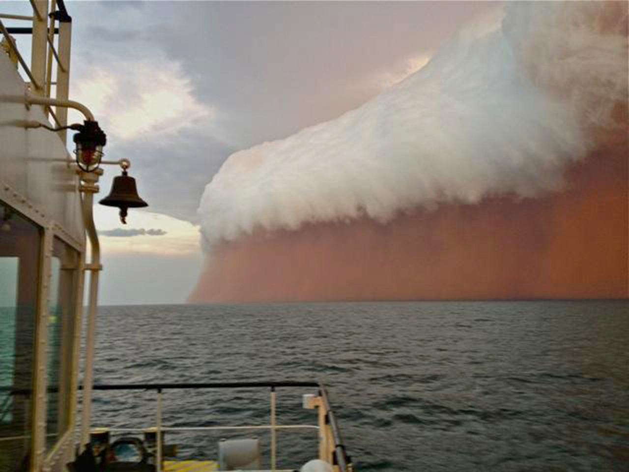 Red Storm. This photo shows a towering red dust storm over the ocean ahead of the cyclone approaching Onslow on the West Australian coast. Tug boat worker Brett Martin, who captured the fearsome pictures 25 nautical miles from the town of Onslow, reported conditions were glassy and flat before the storm. Tempête rouge. Cette incroyable image montre une gigantesque tempête de poussière rouge sur l'océan avançant en direction de la côte ouest de l'Australie tout droit vers la ville de Onslow. L'employé du bateau, Brett Martin, a pris cette effrayante image à 25 miles environ des côtes australiennes où les conditions météos sont pour l'instant tout à fait normales et paisibles. PHOTOGRAPHER : AFP PHOTO / Brett MARTIN / Perth Weather Live