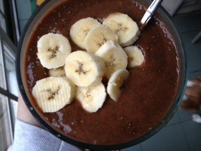 onehappyvegan:  Raw Chocolate Smoothie Bowl 4 bananas 1tbs cacao powder 2tbs chia seeds 2 dates  1.5 c water