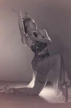 sisterwolf:  Helene Lineva, star of the Original Ballet Russe, 1939-1940