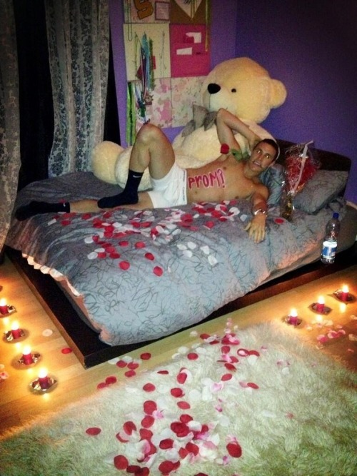 monikababyy:  How my boyfriend asked me to prom:) mwahah