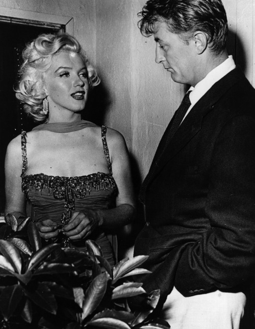 vintagechampagnefever:  Marilyn Monroe and Robert Mitchum chat while Marilyn takes a break from filming Gentlemen Prefer Blondes