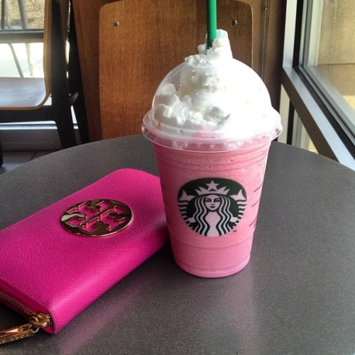 gorgeousgirlsloveglitter:  I had the cotton candy frap a few days ago and oh god it's heaven