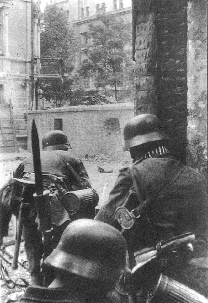 German assault troops in Stalingrad, 1942.
