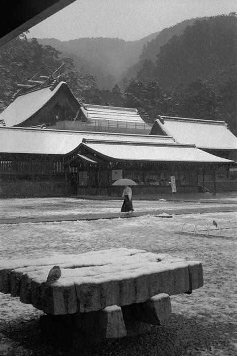 adanvc:  Snow over the Oyashimo Shinto shrine. Izumo, Japan, 2000. MAGNUM/Abbas