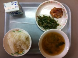 Today's school lunch: rice, teriyaki chicken, jako (tiny baby fish) and bell pepper stir-fry, and potato miso soup. I thought it about it and I realized that even though I've been in Japan for nearly two years, this is probably the first time I've eaten teriyaki chicken. Teriyaki chicken is one of the quintessential Japanese dishes in America, but I rarely see or notice it on the menus in Japan.
