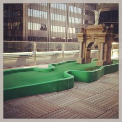 Google Canada mini golf rooftop putting green FTW. #golf #Toronto #Google (at Google Toronto)