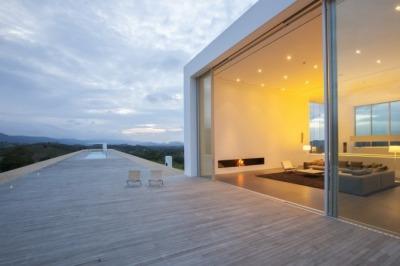 La casa más larga del mundo…  http://www.home-designing.com/2012/11/worlds-longest-house-150-meter-492-ft