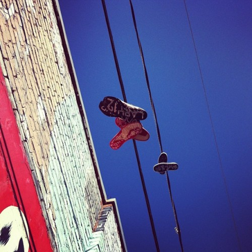 Shoes on a wire #shoes #sneakers #shoefeti #shoetossing #clarionalley (at Clarion Alley)