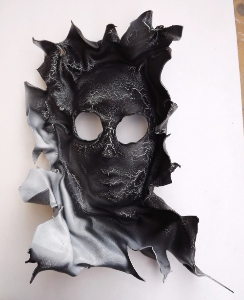 Custom made mask by Alice Bizarre :-) first commissioned piece ever! Black with white/gold cracks x