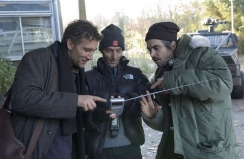 crisenlagranpantalla:  Alfonso Cuarón, Emmanuel Lubezki and Clive Owen on set of Children of men