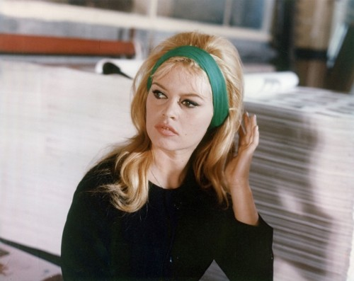Brigitte Bardot on the set of Le Mépris (1963, dir. Jean-Luc Godard). (Via)
