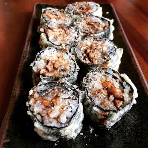 #uramaki #enrolado de #arroz e #alga #hot de #shitake #empanado na #farinhapanko #roll #rice #seaweed #mushroom #breaded #panko #deepfried #vegano #vegan #sushimar #sushimarvegano #comidavegana #nofishnoseafood #food #foodporn #foodlovers #instafood #foodgasm #yummyfood #foodie #foodpics #lunch (em Sushimar Vegano)